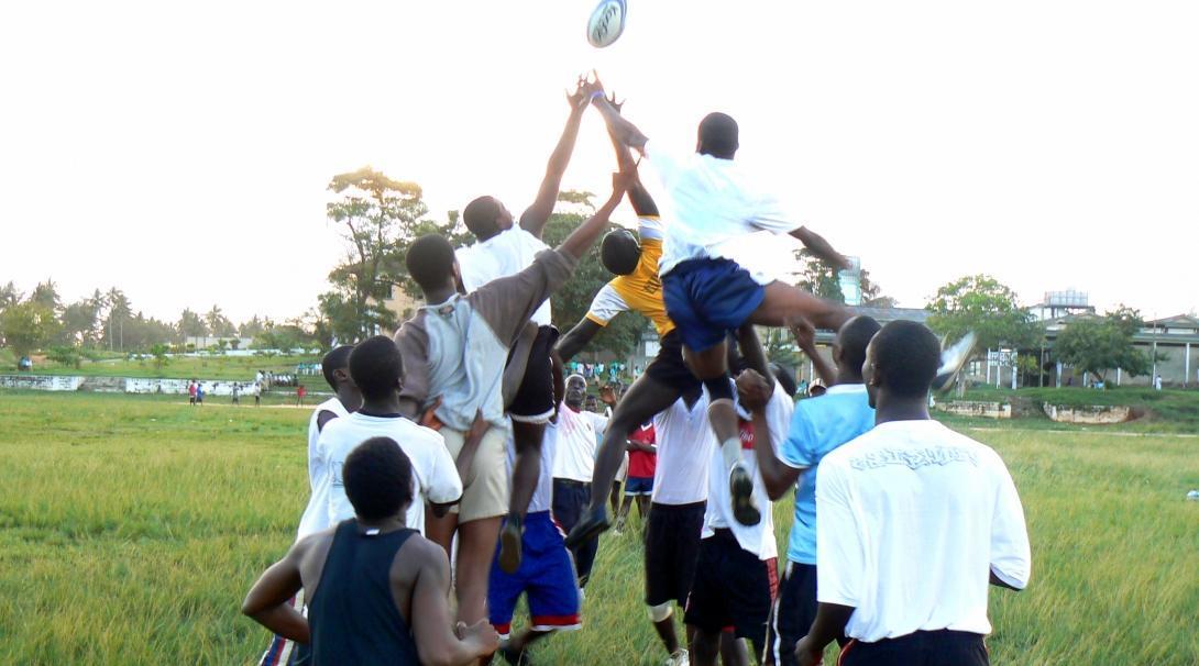 Alineación durante un partido amistoso de nuestro voluntariado de rugby en Ghana.